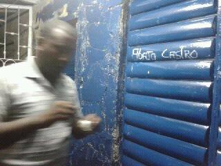 Antúnez-vuelve-a-pintar-los-carteles-sobre-la-pintura-que-le-puso-la-policía-política